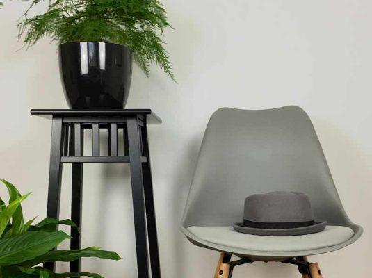 Wohnen-interior-blog-grauer stuhl und pflanzen, Wohnblog MoKoWo blog Berlin