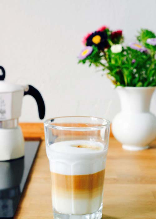 Kochblog-MoKoWo-bild mit kaffeglas, blumen in kueche