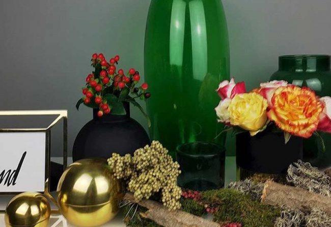 herbstdekoration und gruene vase
