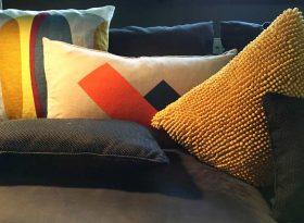 farbenfrohe kissen auf sofa