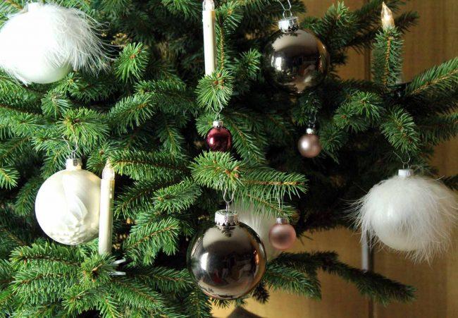 weißer tannenbaumschmuck-weihnachten-detail Tannenbaum