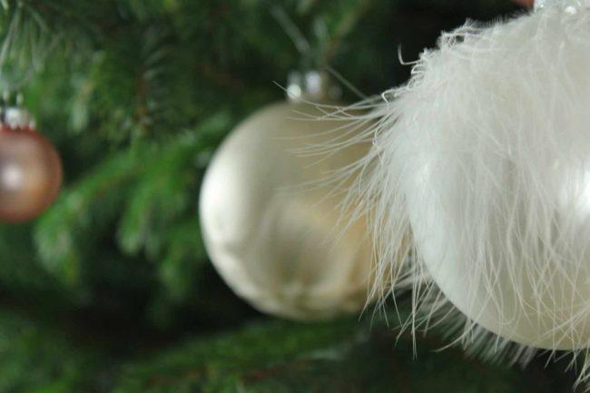 weißer christbaumschmuck-weihnachten-mokowo-weiße Tannenbaumkugeln