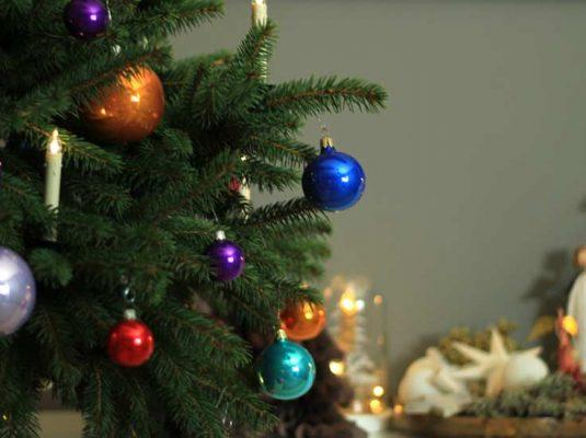 Der bunte deko weihnachtsbaum mokowo weihnachten for Dekoideen weihnachtsbaum