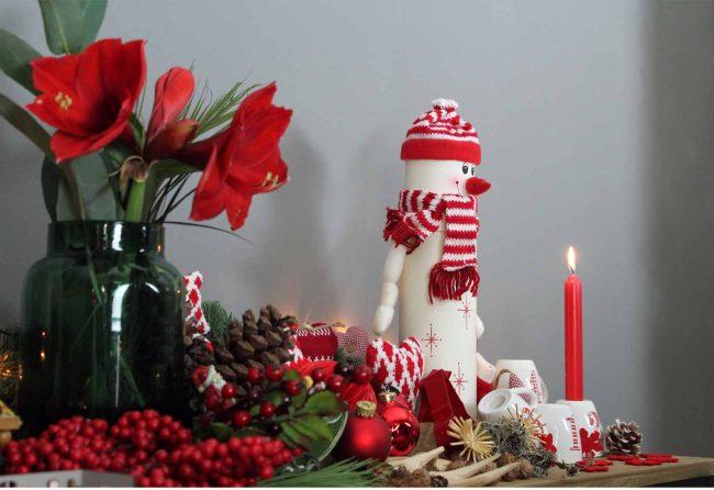 Weihnachtsdeko-Ideen-mokowo-kerze-Schneemann-blumen