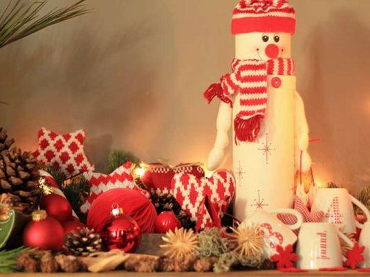 Weihnachtsdeko-Ideen-mokowo-schneemann und adventskerze mit weihnachtskugeln und stoffherzen
