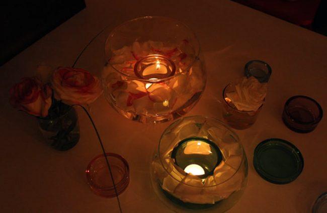 Valentinstag Deko Ideen-Bild mit Glasschalen und Kerzen - bei Kerzenlicht