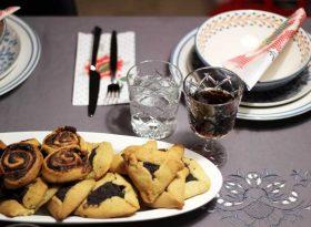 beitragsbild mit hamantaschen auf dem Kochblog mokowo mit Tischdekoratioen