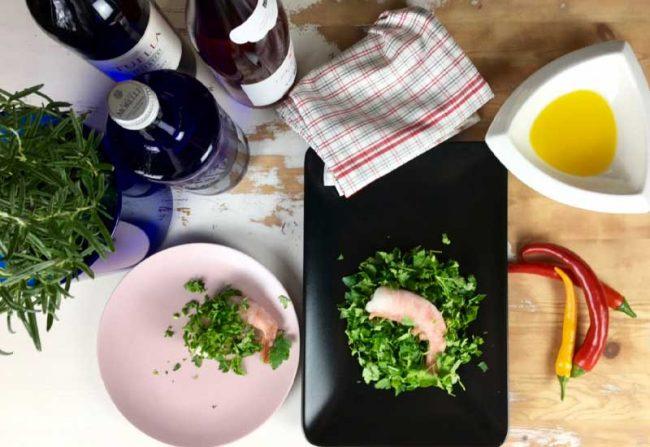 Beitragsbild für Blogbeitrag für eine festliche Tischdekoration, Bild mit Teller, Öl und Schrimps