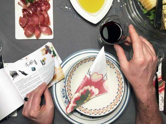Wohnblog-Blick auf gedeckten Tisch mit Tischdekoration (Glas Wein und Teller)