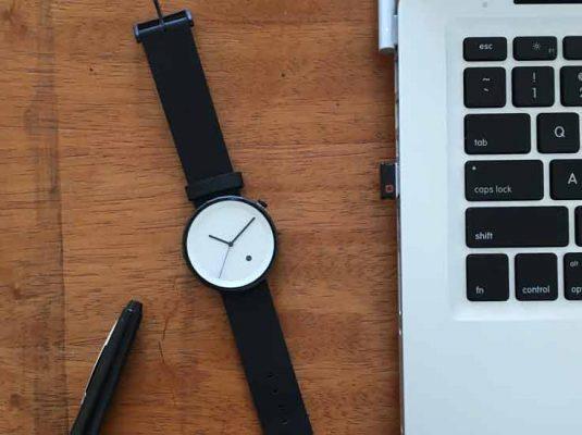 Bild mit Uhr, Stift und Macbook zum Blogbeitrag Auszeit nehmen