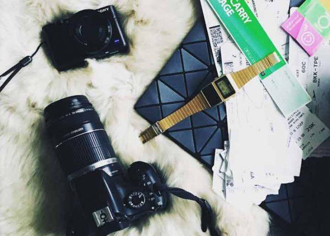 Bild mit Kamera, Uhr, Tasche und Flugtickets zum Thema Auszeit nehmen Blog