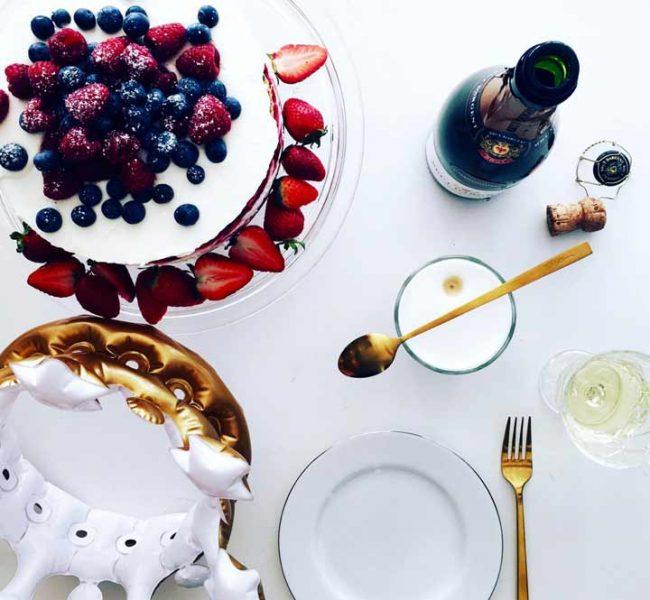 tischdekoration - torte und schampus zum blog jubiläum des lifestyle blog mokowo