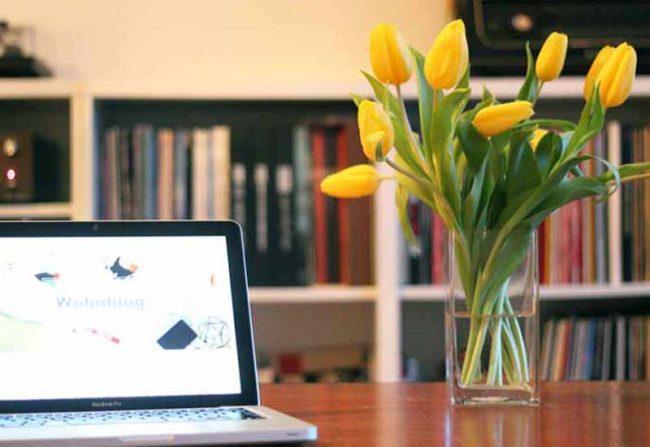 lifestyle blog mokowo mit tulpen und rechner