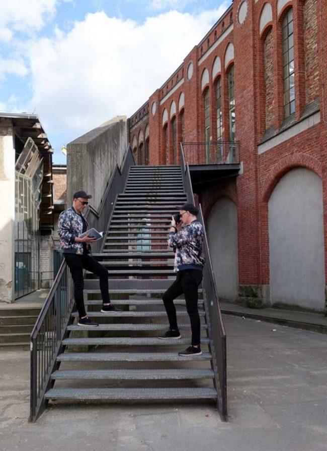 2 Herren im trendigen Sommeroutfit und Sonnenbrille auf Treppe