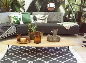 Beitragsbild zum Blogbeitrag Online shopping vs. Einzelhandel - Couch mit Couchtisch