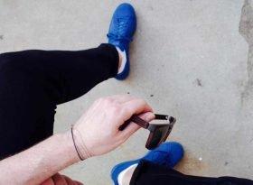 farbige sneakers kombinieren - sonnenbrille und blaue adidas stan smith sneaker - mokowo blog