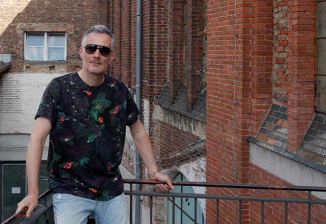 beitragsbild zum blogbeitrag coole shirts - mann mit floralen tshirt und sonnenbrille