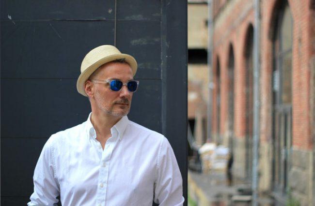 MoKoWo Mann mit Hut und Sonnenbrille auf dem Modeblog für Männer MoKoWo