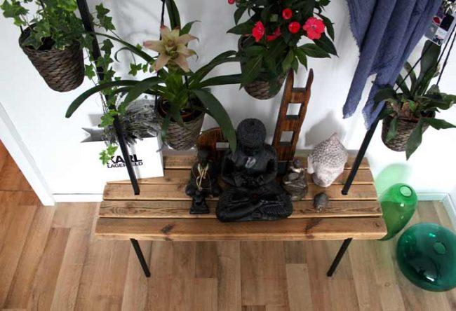 Garderobe mit Sitzbank - dekoriert mit Blumen und Buddha