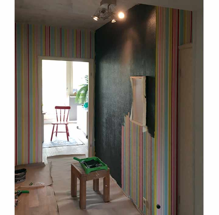Farbige tapete ueberstreichen schwarze wandfarbe auf tapete wohnblog mokowo wohnen flur - Wandfarbe flur ...