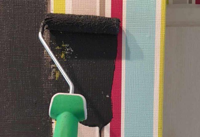 Bild mit Farbrolle - farbige Tapete überstreichen mit schwarzer Wandfarbe wohnblog