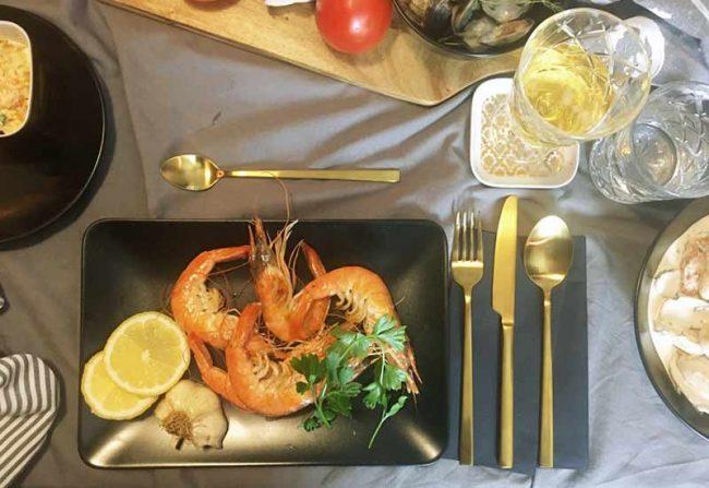 Rezept-Riesengarnelen-Bild von Tischdeko-Teller mit goldenen Besteck