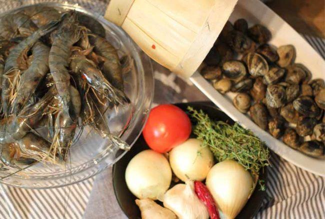 Bild mit frischen Garnelen-Rezept-Riesengarnelen-Bild von Tischdeko-Teller mit goldenen Besteck