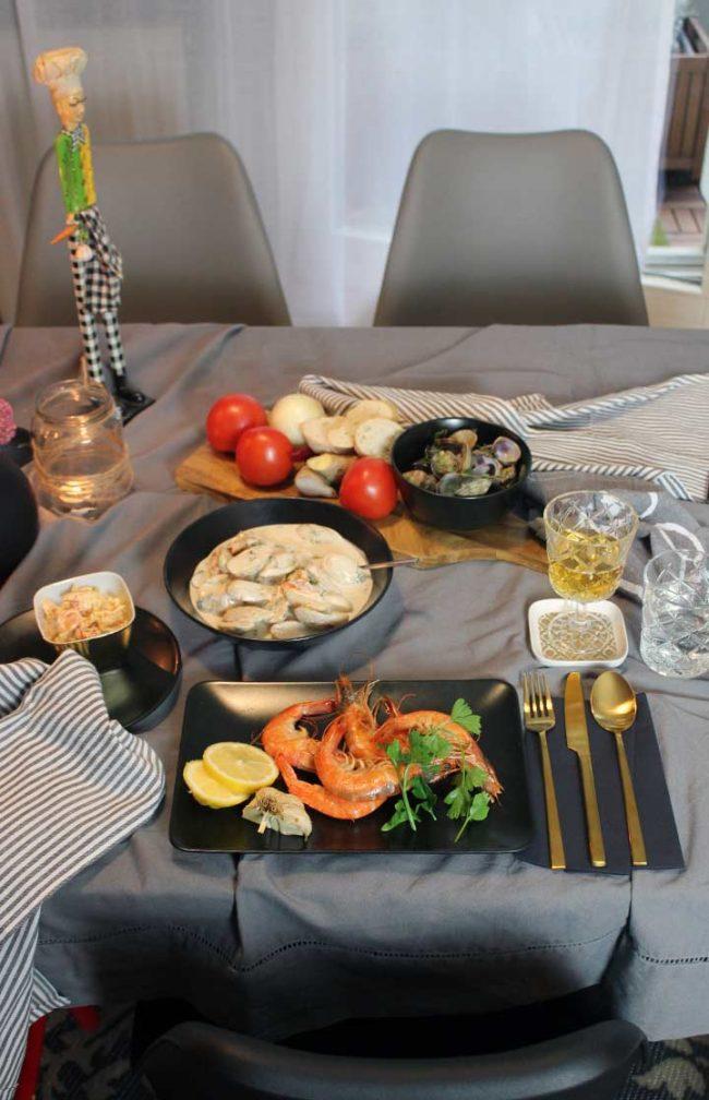 Rezept-Riesengarnelen-zubereiten-Bild von Tischdeko-Teller mit goldenen Besteck