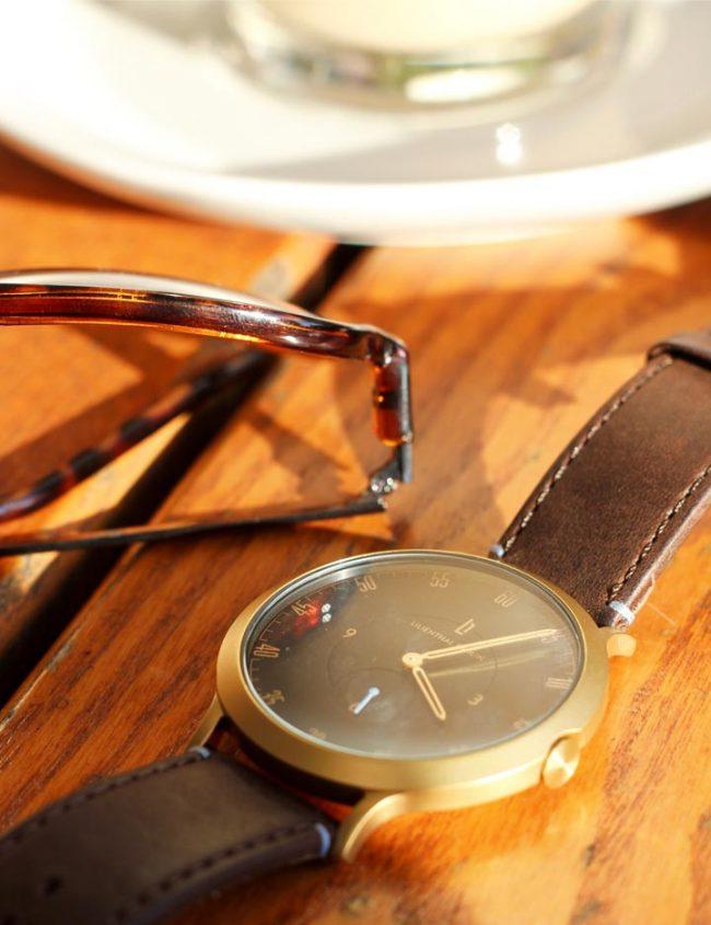 goldene Lilienthal Berlin l1 Uhr auf holztisch minimalistische-Herrenuhr-modeblog männer