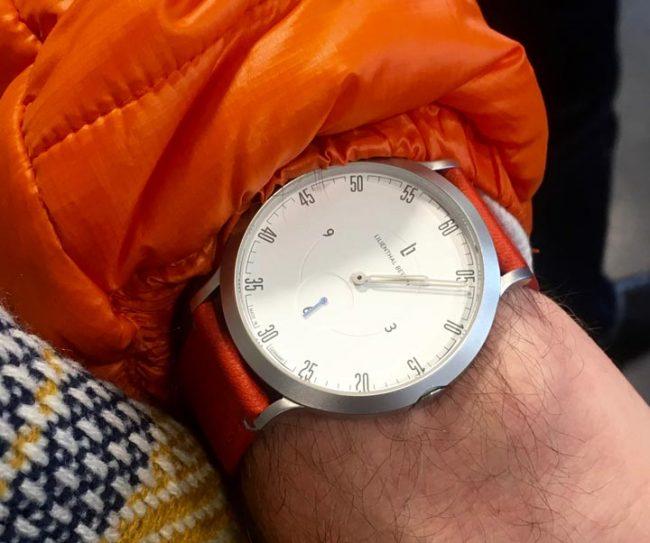Lilienthal L1 Uhr mit orangener jacke modeblog männer