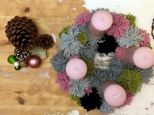 diy pompom adventskranz selbermachen mokowo weihnachtsblog. Black Bedroom Furniture Sets. Home Design Ideas