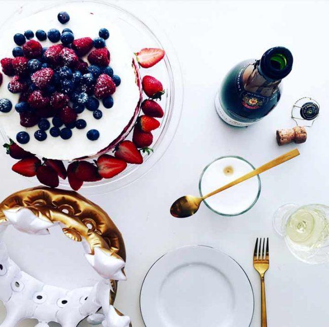 Bild mit festlicher Tischdeko und leckerer selbstgemachter Himbeertorte - Rezept Himbeertorte mit Frischkäse