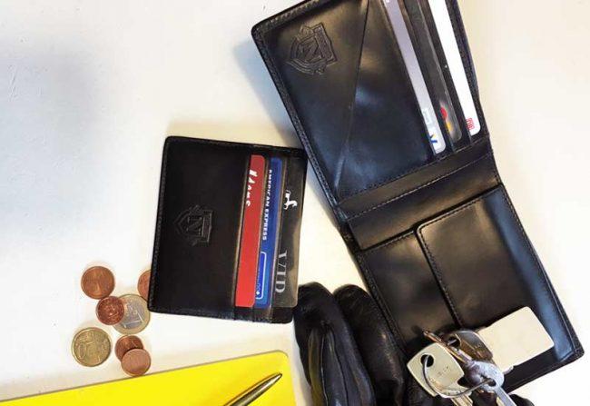 handgefertigte Geldbörse Herren geöffnet mit Münzen und Kartenetui auf dem Modeblog für Männer