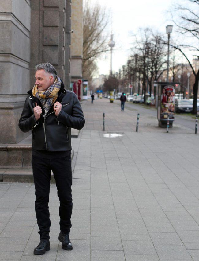 Mann mit stylischer Winterjacke in schwarz in Berlin auf dem Modeblog für Männer, Lifestyle Blog Berlin