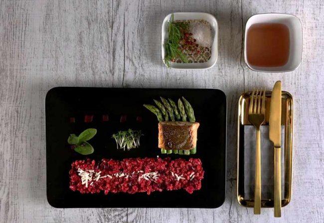 flatlay vom angerichteten Teller Färöer Lachs mit rote bete risotto kochblog