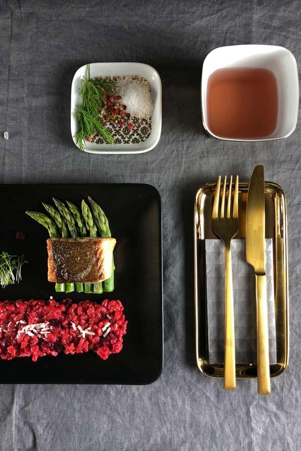 angerichteter Teller Färöer Lachs mit rote bete risotto kochblog