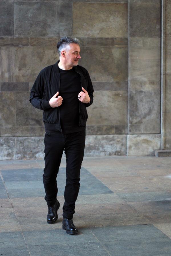 männeroutfit all black - schwarzes outfit für männer ü 30 blogger