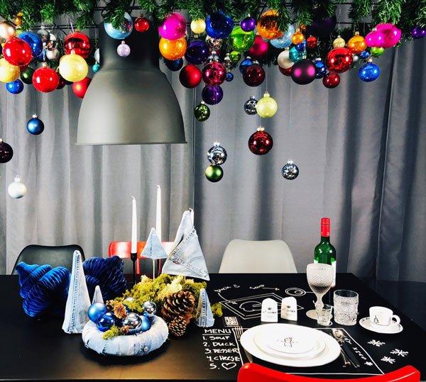 diy moderne weihnachtsdeko hängend über dem tisch - weihnachtstrend 2018 mokowo