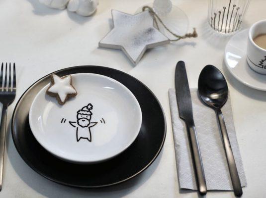Porzellan Teller bemalen mit Weihnachtsmotiv für eine persönliche Tischdeko