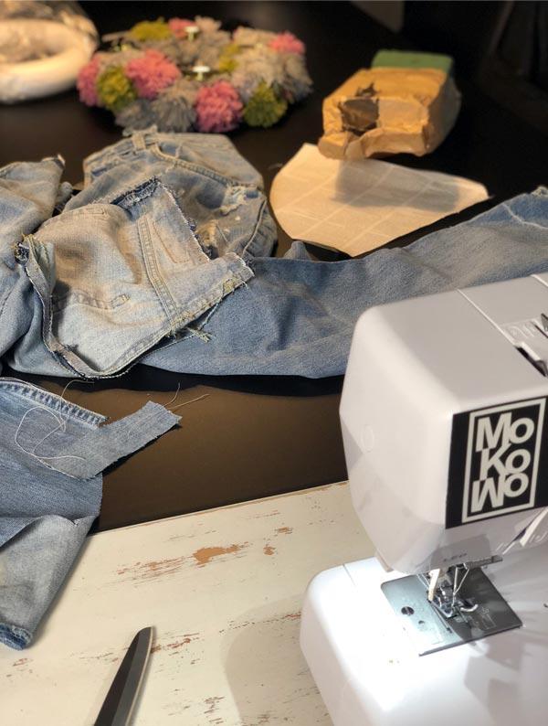 Nähmaschine beim Nähen der Deko aus Jeans als Weihnachtsdeko